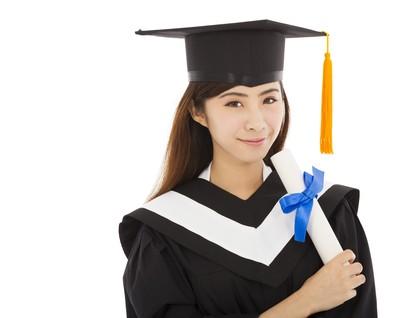 孤立的美丽的年轻女子大学毕业典礼